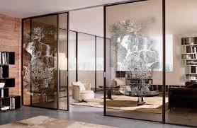 Особенности и преимущества современных стеклянных перегородок